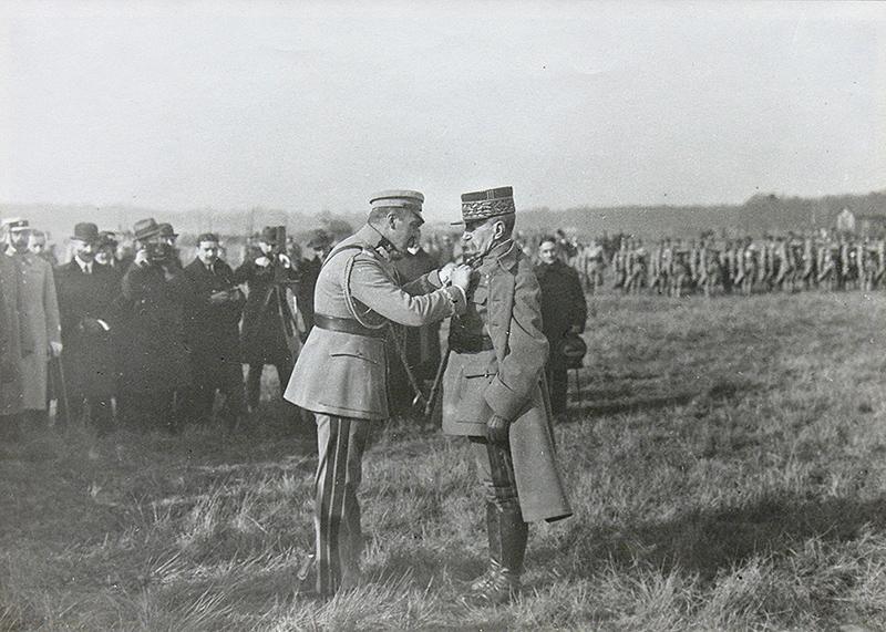 PIłsudski dekoruje Krzyżem Virtuti Militari Marszałka Francji Ferdinanda Focha, 1921 r.